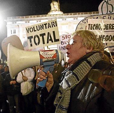 Emilia Llorca, amb un altaveu a la mà, en una manifestació el 2008