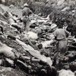 Soldats enmig d'una fossa comuna amb presos polítics acusats de comunistes, massacrats en Daejeon amb la complaença dels EUA, juliol de 1950